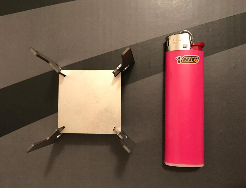 Quatro Stove とライターで大きさを比較