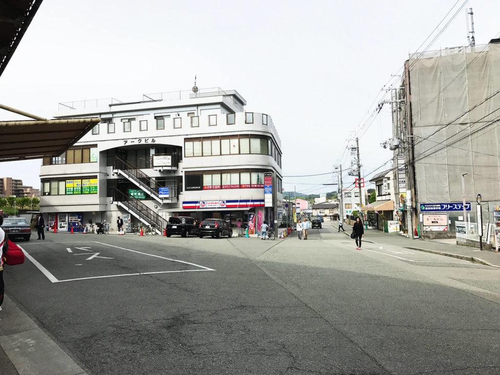 駅を出てすぐにバスのロータリがあってスーパーもある