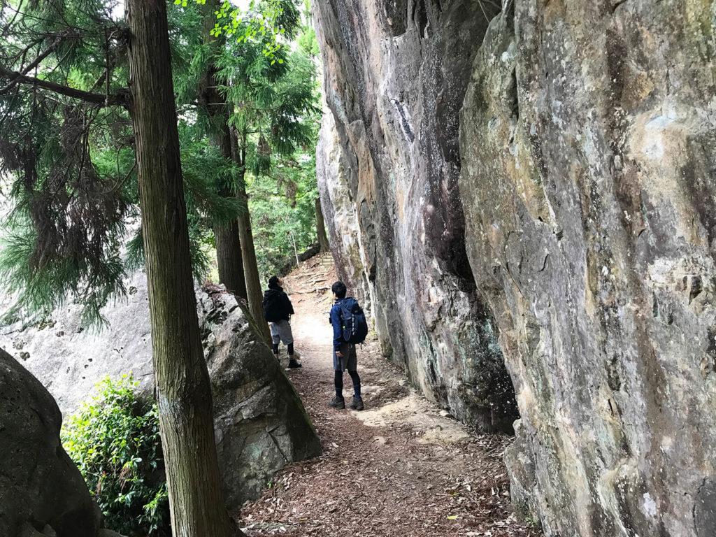 なんかすごい岩壁を歩く
